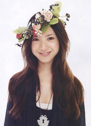 花輪をつける吉高由里子さん